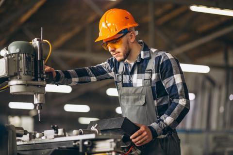 قانون العمل -عامل يقطع الحديد