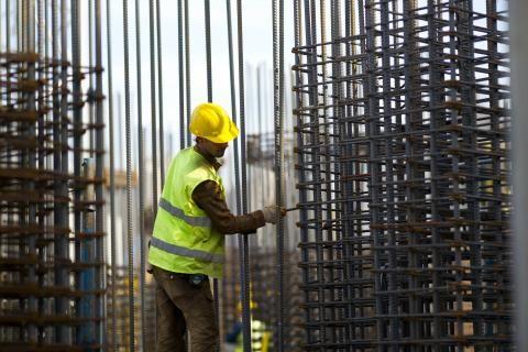 قانون العمل - عامل يؤدي عمله في موقع البناء