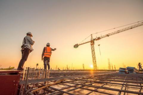 قانون العمل- عمال يقومون بالبناء