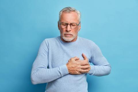 هل يشفى مريض جلطة القلب - رجل مسن يتعرض لجلطة القلب
