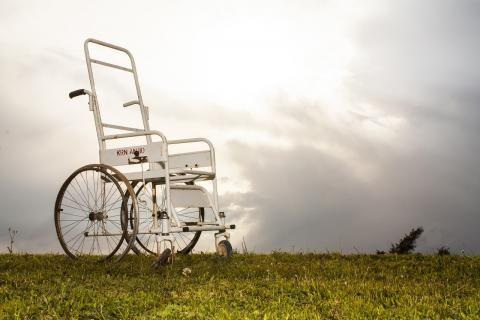 بطاقة الخدمات المتكاملة -كرسي متحرك أبيض