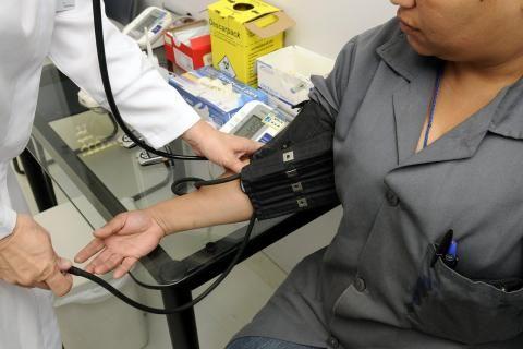 مواعيد عيادات مستشفى الهرم -طبيب يقيس الضغط لمريض في العيادة