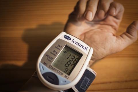 أعراض الضغط العالي للحامل -جهاز ديجيتال لقياس ضغط الدم