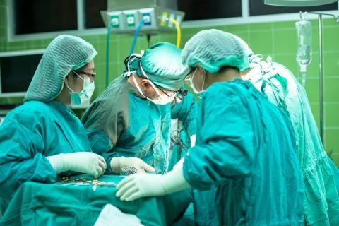 مستشفى فيكتوريا الاسكندرية -مجموعة من الأطباء في غرفة العمليات