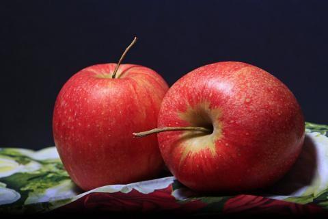 فوائد خل التفاح للقدمين- صورة تفاحتين