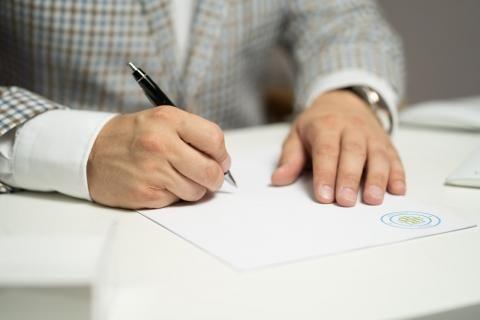 إجراءات تجديد رخصة القيادة - موظف يكتب البيانات