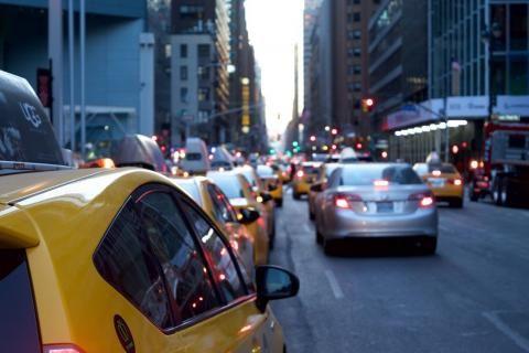 تجديد رخصة القيادة اون لاين -سيارات في الطريق