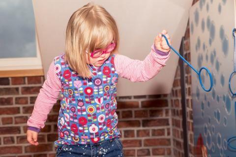 اعراض اضطراب قصور الانتباه وفرط الحركة -فتاة مصابة باضراب قصور الانتباه وفرط الحركة