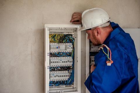 استعلام فاتورة الكهرباء -محصل الكهرباء يقرأ العداد