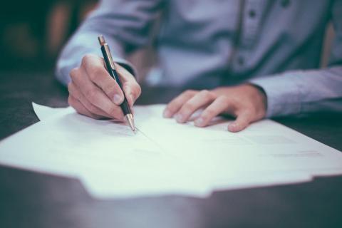 استخراج قيد عائلى -موظف حكومي يكتب الأوراق