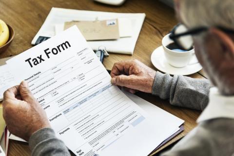 تقديم الاقرار الضريبي للمهن الحرة -شخص يقدم تقرير الاقرار الضريبي