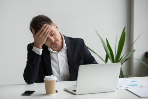 اسباب الصداع النصفي المستمر -رجل يعاني من الصداع النصفي