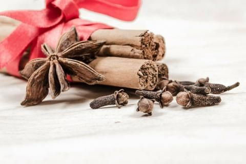 فوائد زيت القرنفل للشعر -بذور القرنفل مع أعشاب أخرى
