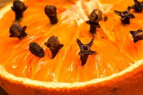 فوائد زيت القرنفل للعظام -بذور القرنفل مع الليمون