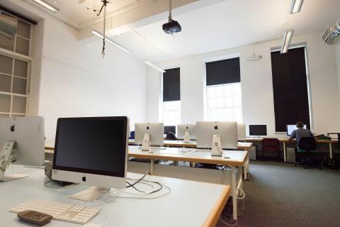 قاعة الكمبيوتر في الجامعة الإلكترونية السعودية