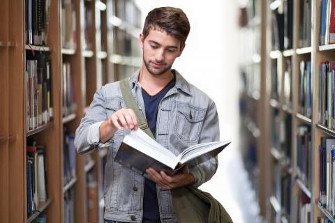 طالب في مكتبة جامعة ٦ اكتوبر