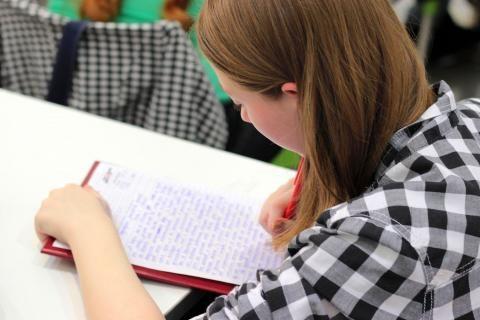 فتاة تدرس فس الجامعة المفتوحة