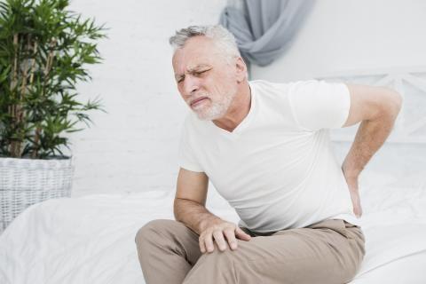 رجل مسن مريض يحتاج إلى علاج النقرس