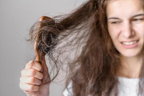 سيدة تعاني من تلف الشعر وتحتاج لعلاجه باستخدام حبوب بانتوجار