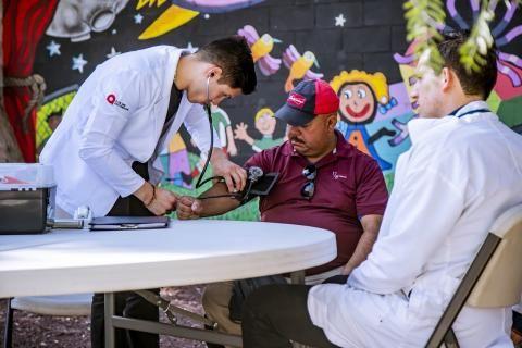 قياس الضغط لمريض في التأمين الطبي