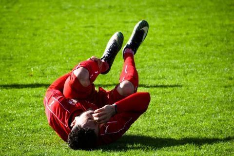لاعب كرة يصاب بتشنج عضلي ويحتاج للعلاج باقراص ديمرا
