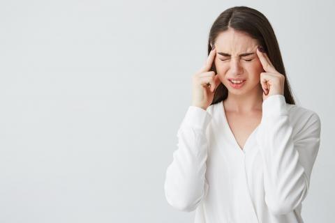 سيدة تعاني من الصداع النصفي تحتاج للعلاج بدواء تربتيزول