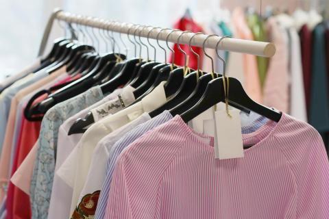 ملابس معروضة في أحد مصانع ملابس العاشر من رمضان